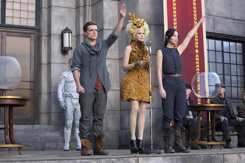 Josh Hutcherson, Elizabeth Banks, Jennifer Lawrence ve filmu Hunger Games: Vražedná pomsta / The Hunger Games: Catching Fire