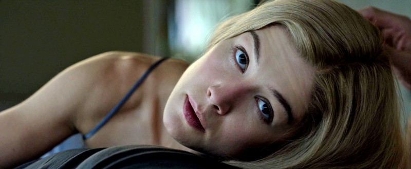 Rosamund Pike ve filmu Zmizelá / Gone Girl