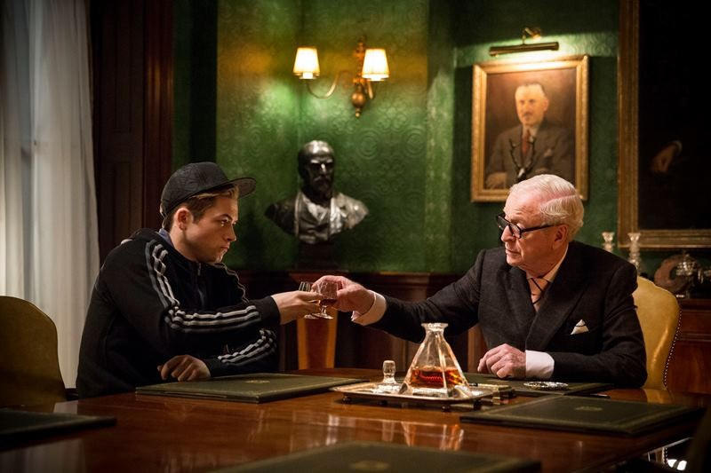 Taron Egerton, Michael Caine ve filmu Kingsman: Tajná služba / Kingsman: The Secret Service