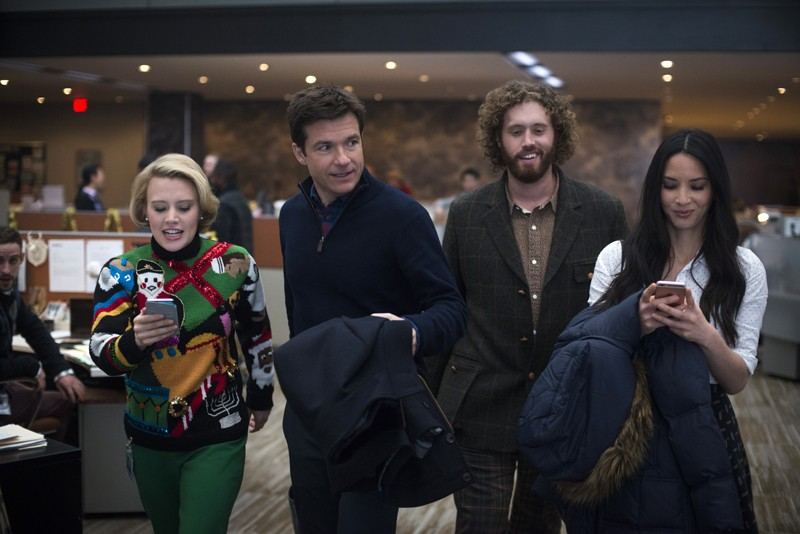 Jason Bateman, Kate McKinnon, T.  J. Miller, Olivia Munn ve filmu Pařba o Vánocích / Office Christmas Party