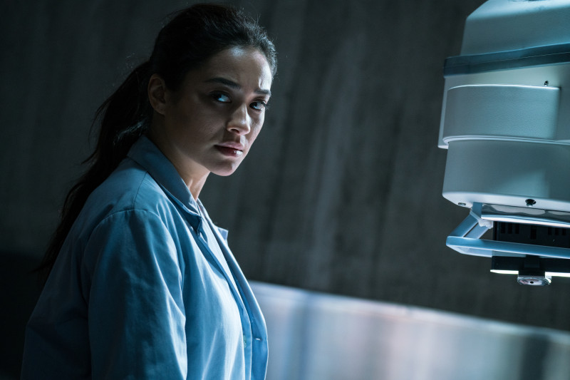 Shay Mitchell ve filmu Ve spárech ďábla / The Possession of Hannah Grace